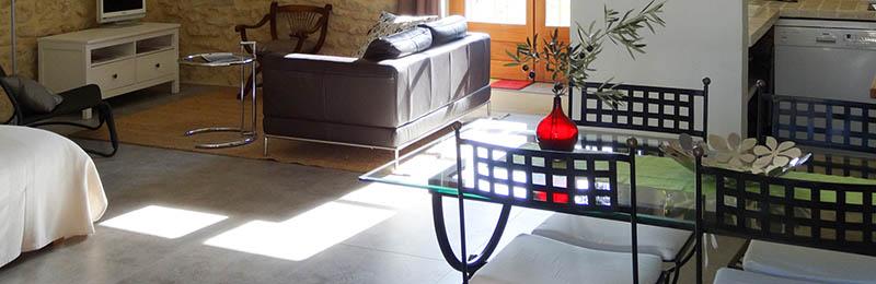 Gîte l'olivette : vaste séjour ensolleillé en pierre